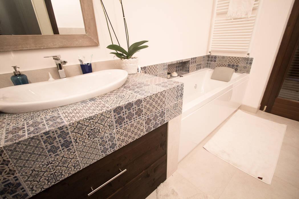enrico massaro architetto Phòng tắm phong cách hiện đại gốm sứ
