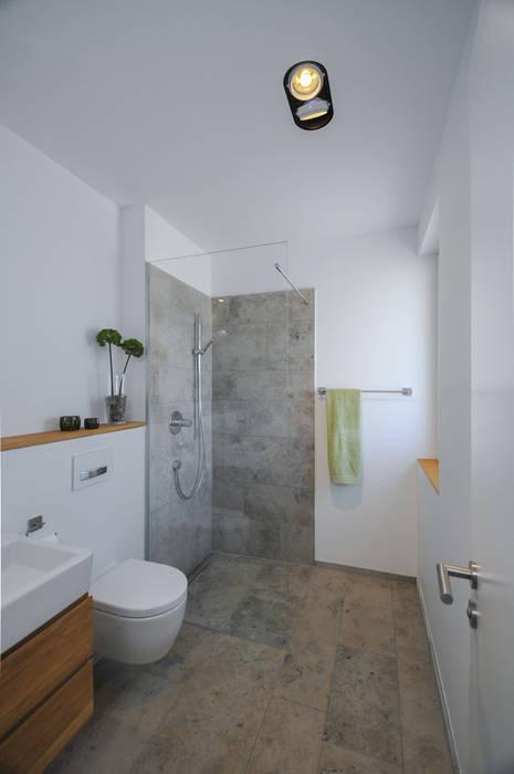 Gäste-wc mit dusche: moderne badezimmer von grimm architekten bda ...