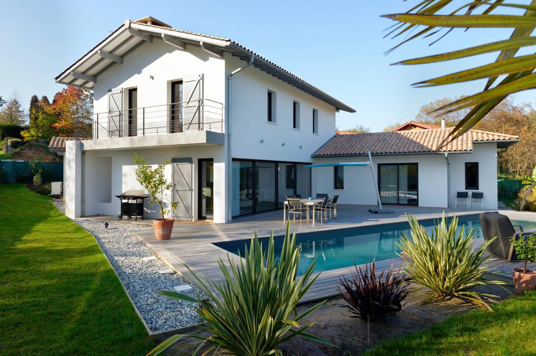 Création villa avec piscine Maisons modernes par Agence CréHouse Moderne