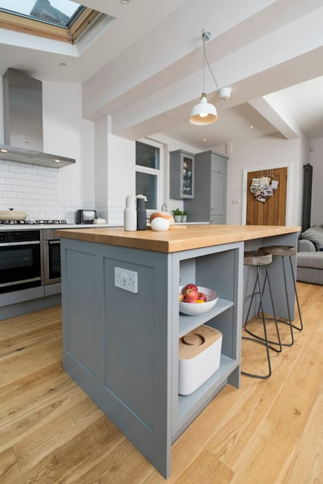 metro grey:  Kitchen by Chalkhouse Interiors, Classic Wood Wood effect