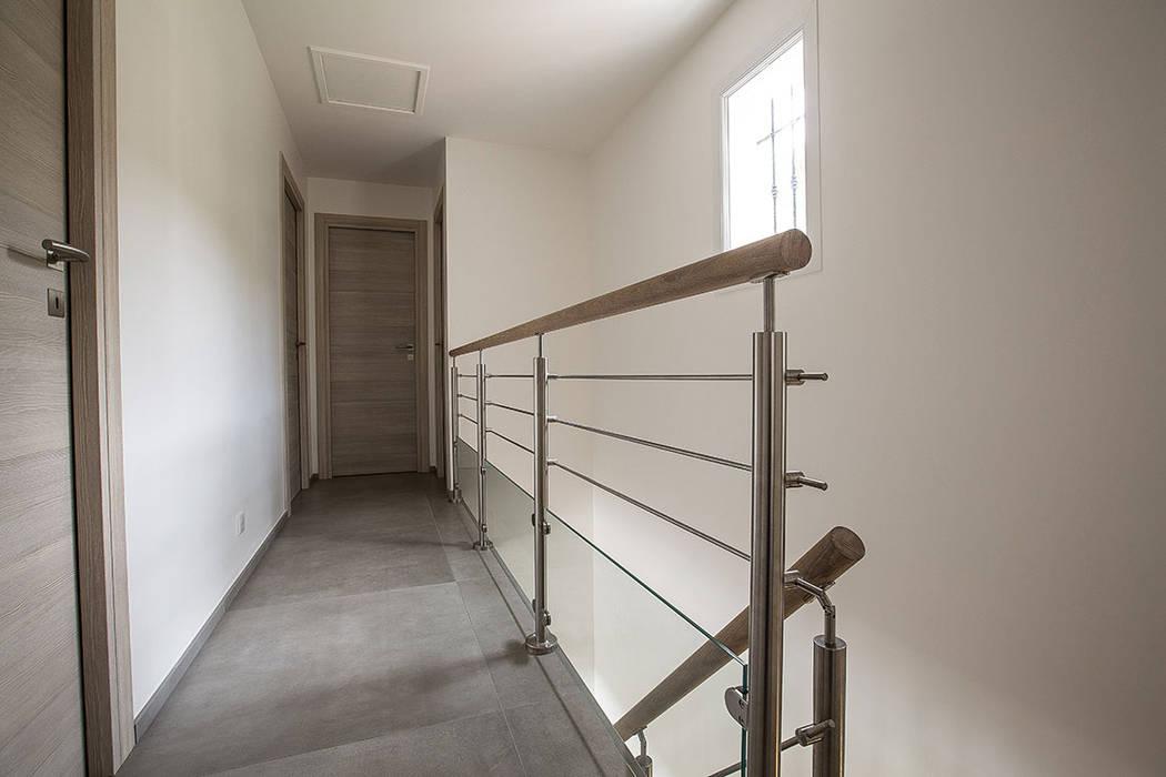 Garde-corps d'étage en bois inox et verre: Couloir et hall d'entrée de style  par Passion Escaliers