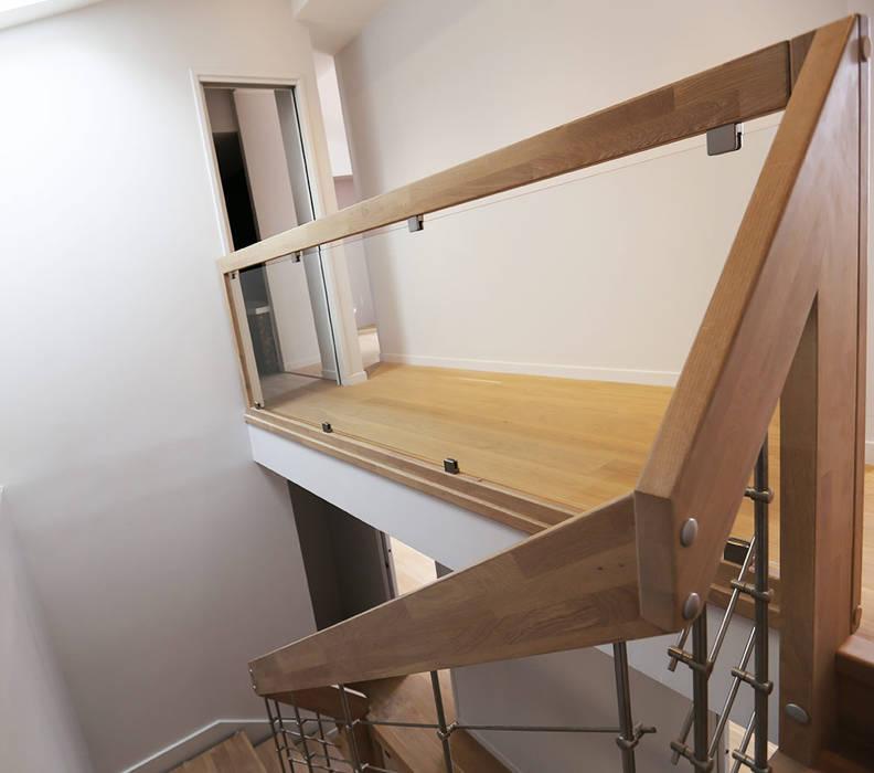 Garde-corps d'étage en bois: Couloir et hall d'entrée de style  par Passion Escaliers