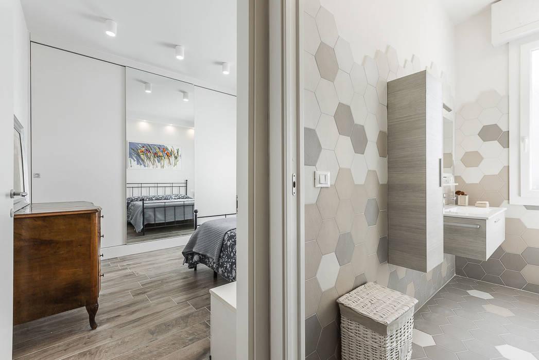 Bagno In Camera Design : Bagno u camera da letto cucina in stile di facile ristrutturare