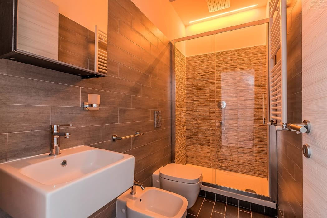 Bagno più piccolo con box doccia e piastrelle a contrasto bagno