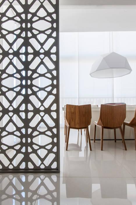 Столовая комната в стиле модерн от Rosana Pintor Arquitetura e Interiores Модерн