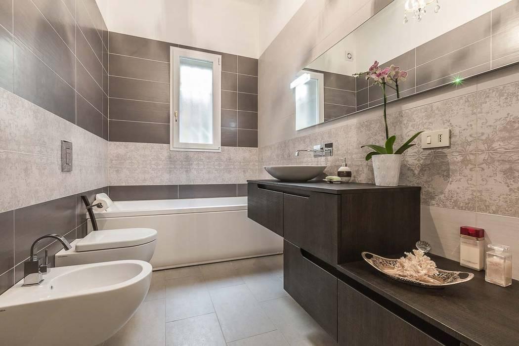 Bagno con piastrelle rettangolari bagno in stile in stile moderno