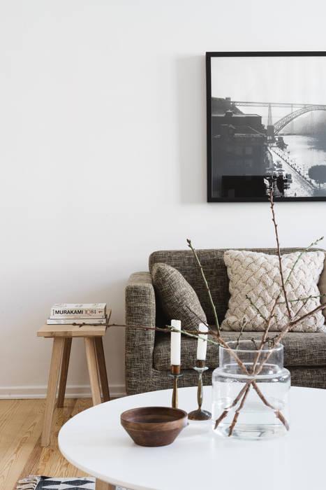 Detalhe sofá Salas de estar escandinavas por Arkstudio Escandinavo