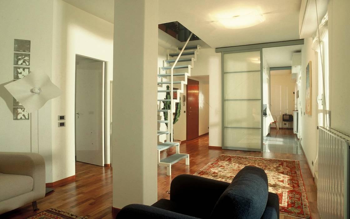 soggiorno con scala in ferro bianco e azzurro di collegamento al livello superiore: Soggiorno in stile in stile Minimalista di Fabio Carria