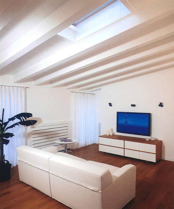 Zona relax: Sala multimediale in stile  di Fabio Carria