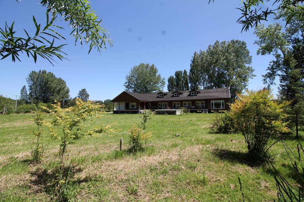 Casa Berazaluce Fresard Casas de estilo rural de homify Rural Madera Acabado en madera
