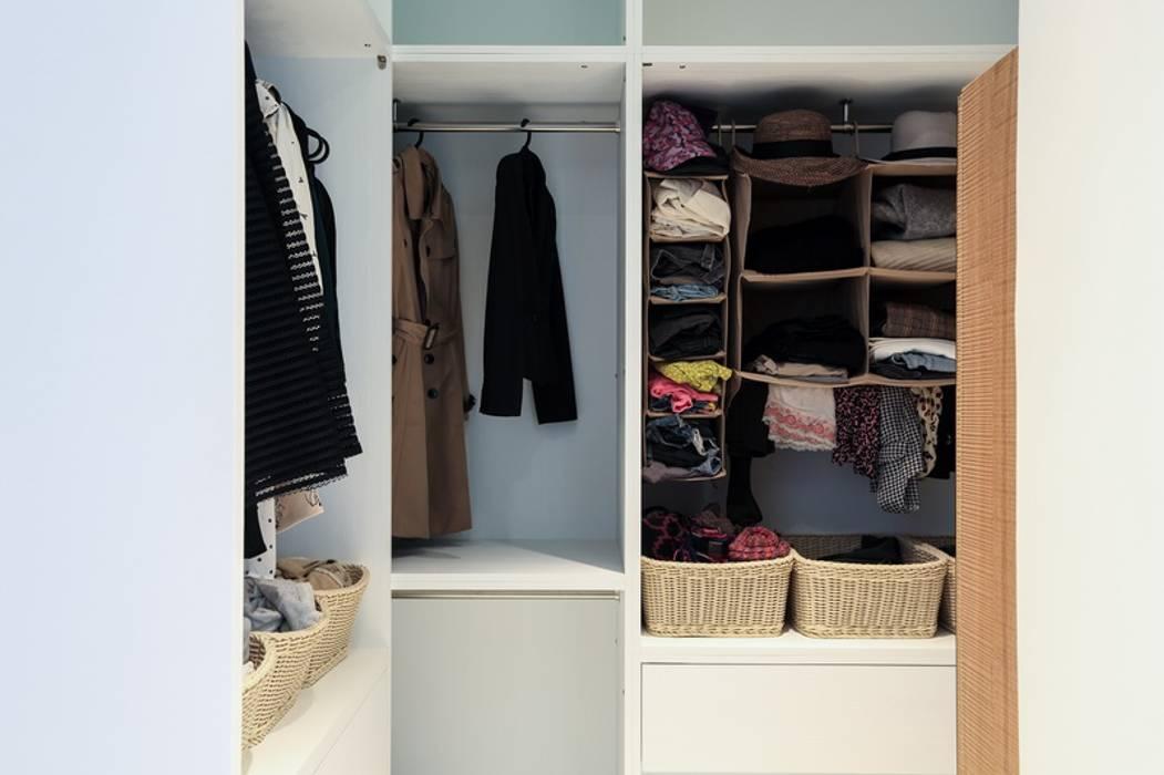 有溫度的木意居家生活:  更衣室 by 微自然室內裝修設計有限公司