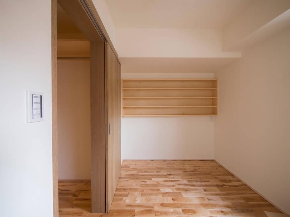 寝室、CD棚: 株式会社エキップが手掛けた寝室です。,ラスティック 木 木目調