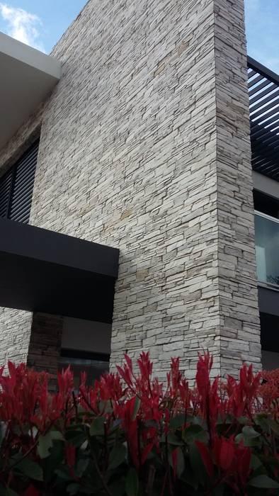Revestimento fachada exterior: Casas  por Fábrica de Pavimentos Aptus, S.A.