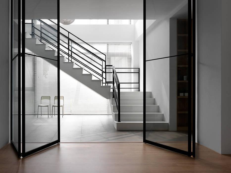 Pasillos y vestíbulos de estilo  por 夏沐森山設計整合, Moderno