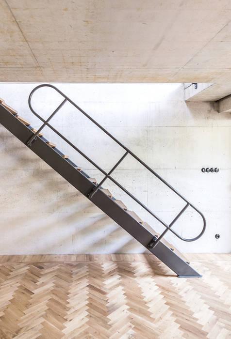 Pasillos y hall de entrada de estilo  por ZOOM.INDUSTRIES, Moderno Hierro/Acero