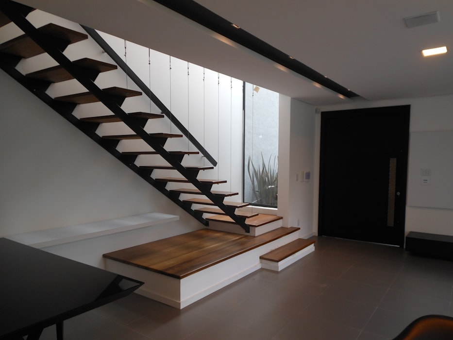 Casa Olinda Cláudia Legonde Corredores, halls e escadas modernos Madeira Preto