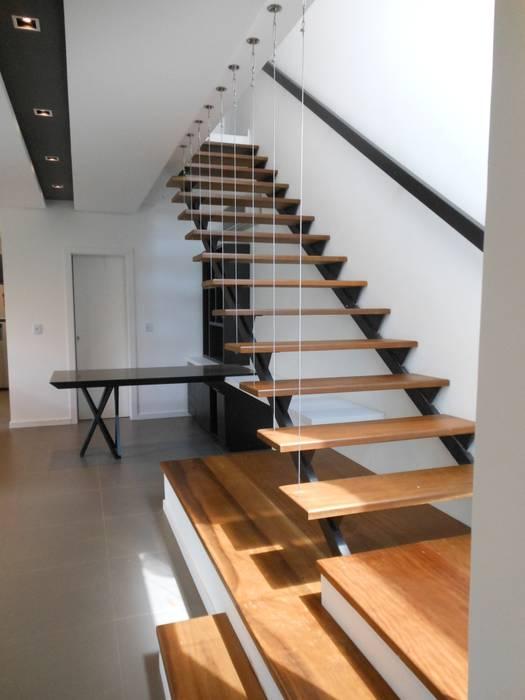 ห้องโถงทางเดินและบันไดสมัยใหม่ โดย Cláudia Legonde โมเดิร์น ไม้ Wood effect
