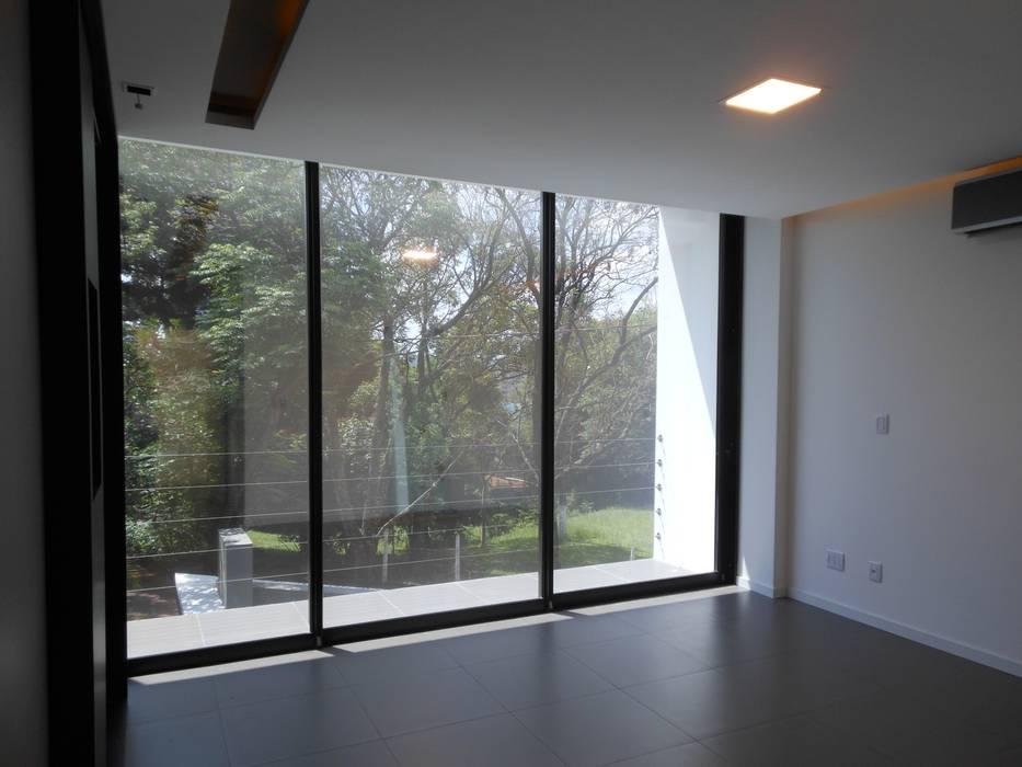 Dormitorios de estilo moderno de Cláudia Legonde Moderno