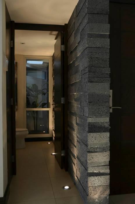 Paredes y pisos de estilo moderno de TREVINO.CHABRAND   Architectural Studio Moderno