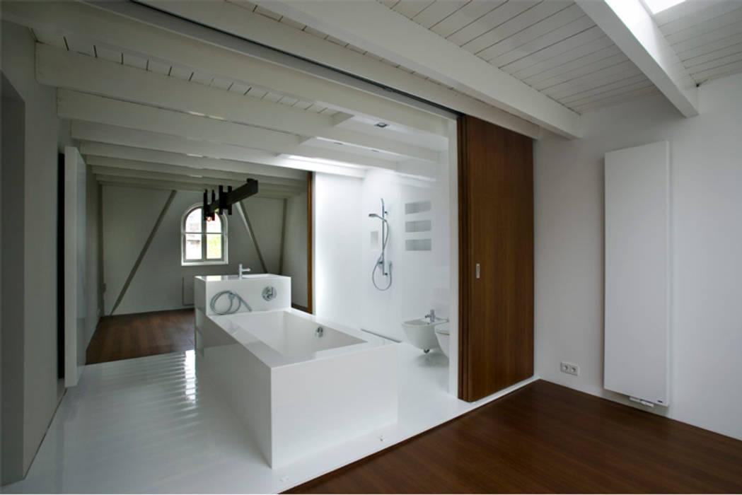Modern bathroom by Architectenbureau Filip Mens Modern Plastic
