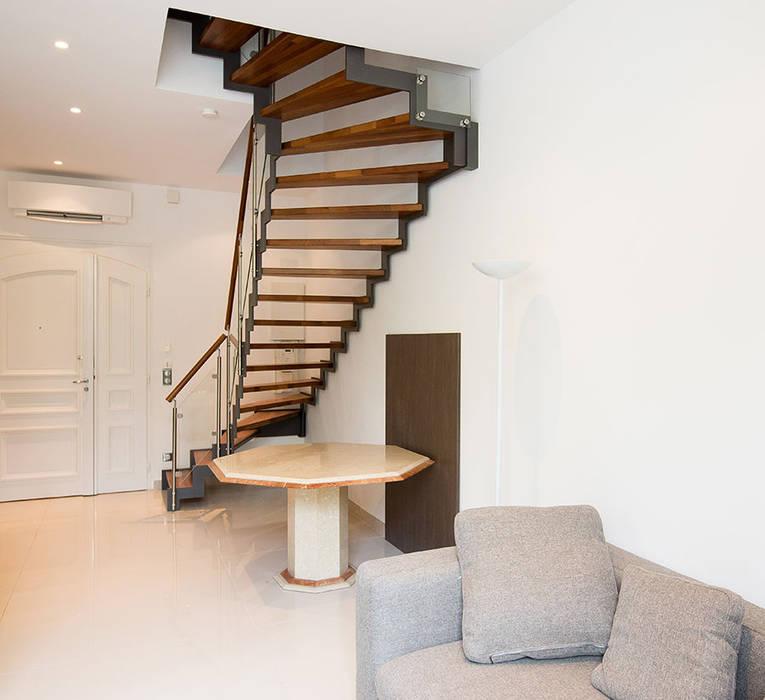 Escalier FERRO en Merbau: Couloir et hall d'entrée de style  par Passion Escaliers