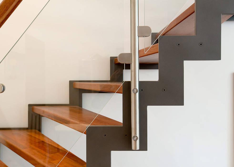 Limon crémaillère en métal : Couloir et hall d'entrée de style  par Passion Escaliers