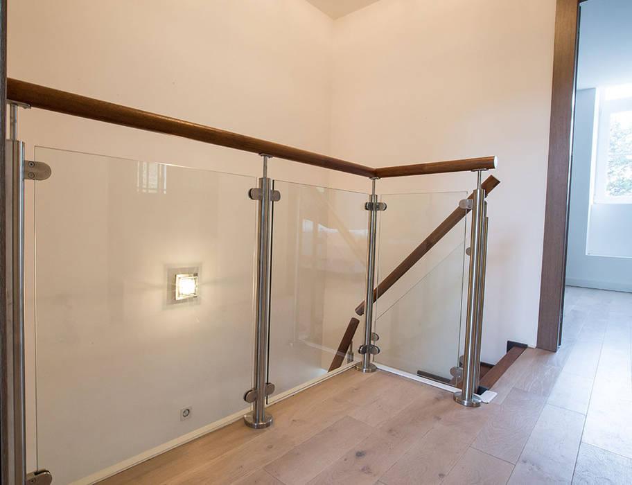 Garde-corps d'étage bois et verre: Couloir et hall d'entrée de style  par Passion Escaliers