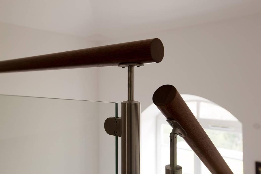 Main courante en bois: Couloir et hall d'entrée de style  par Passion Escaliers