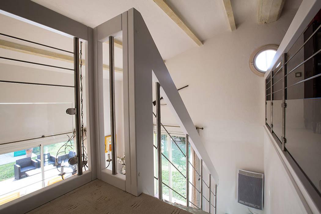 Garde-corps et main courante blancs: Couloir et hall d'entrée de style  par Passion Escaliers