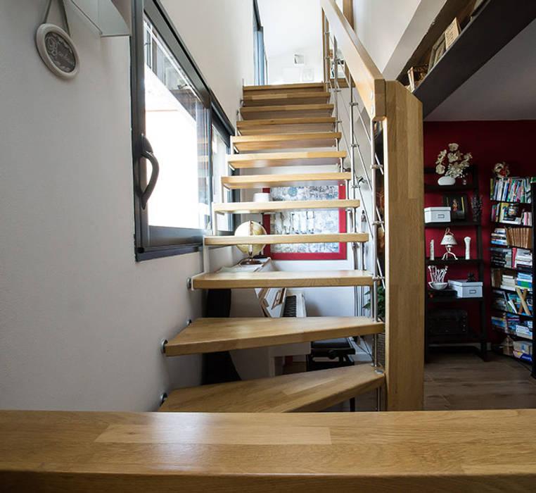 Escalier suspendu Nova: Couloir et hall d'entrée de style  par Passion Escaliers