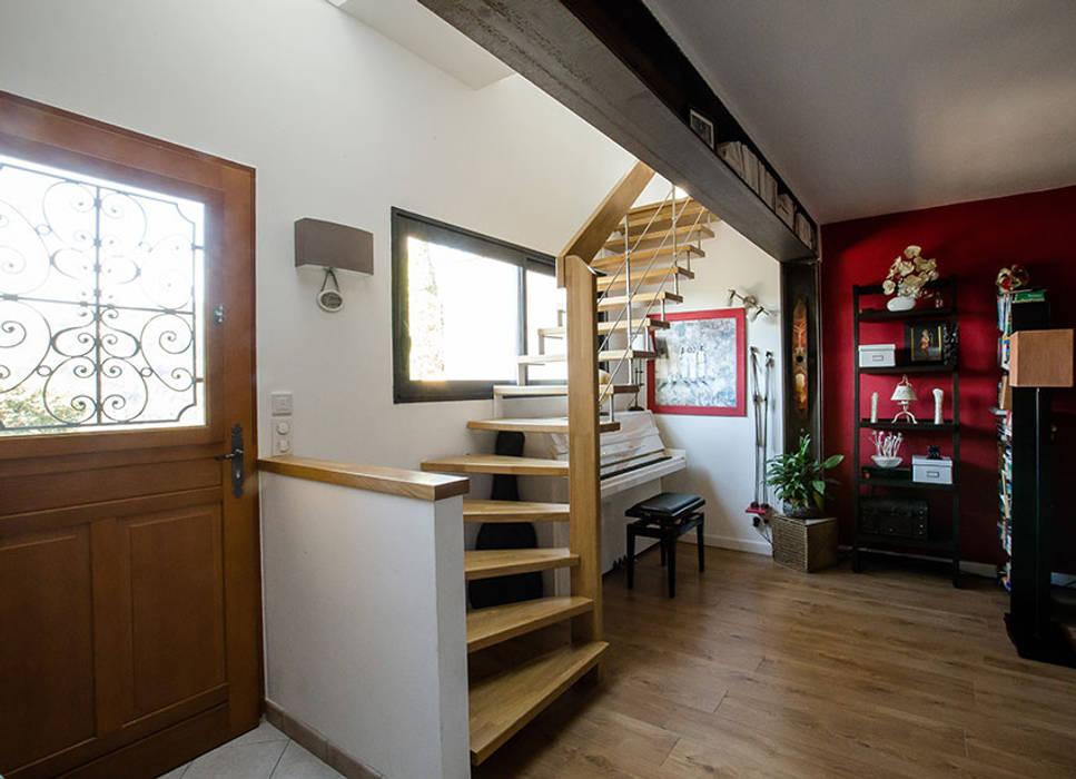 Escalier suspendu en Chêne: Couloir et hall d'entrée de style  par Passion Escaliers