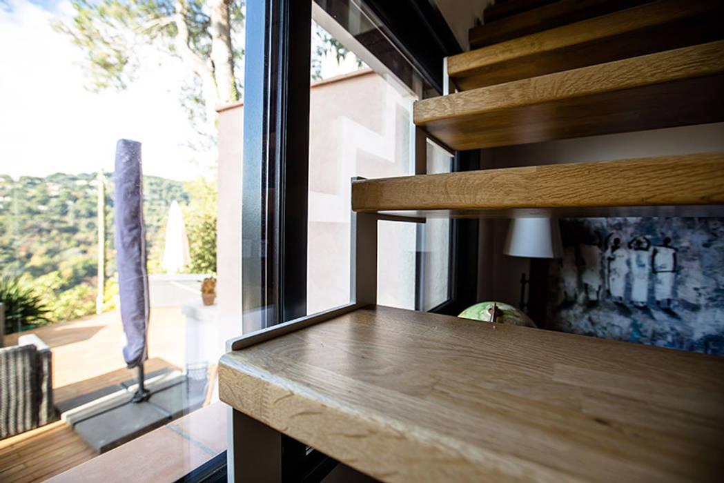 Escalier suspendu au limon crémaillère: Couloir et hall d'entrée de style  par Passion Escaliers