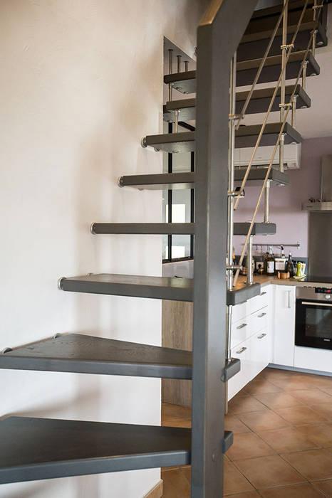 Escalier teinté gris: Couloir et hall d'entrée de style  par Passion Escaliers