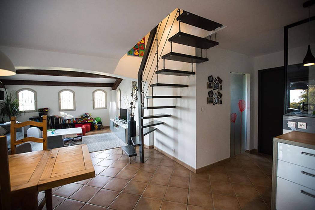 Escalier suspendu : Couloir et hall d'entrée de style  par Passion Escaliers