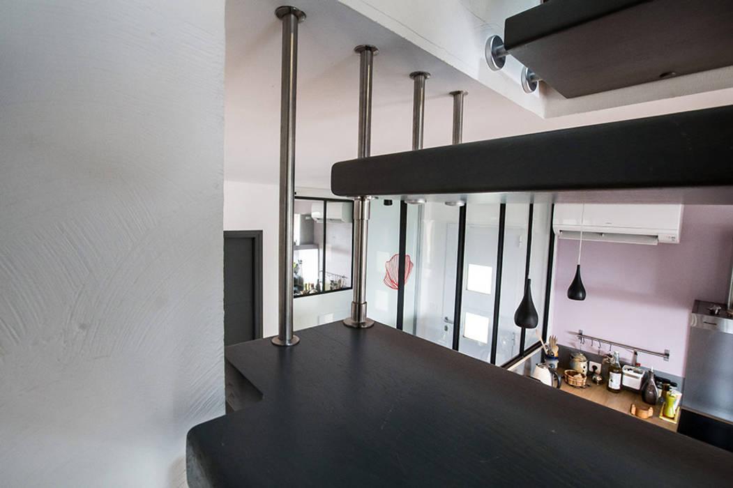 Harpe sur escalier suspendu : Couloir et hall d'entrée de style  par Passion Escaliers