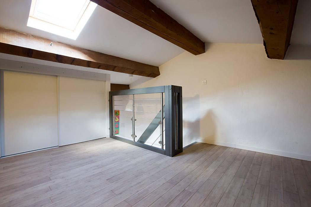 Garde-corps d'étage gris: Couloir et hall d'entrée de style  par Passion Escaliers