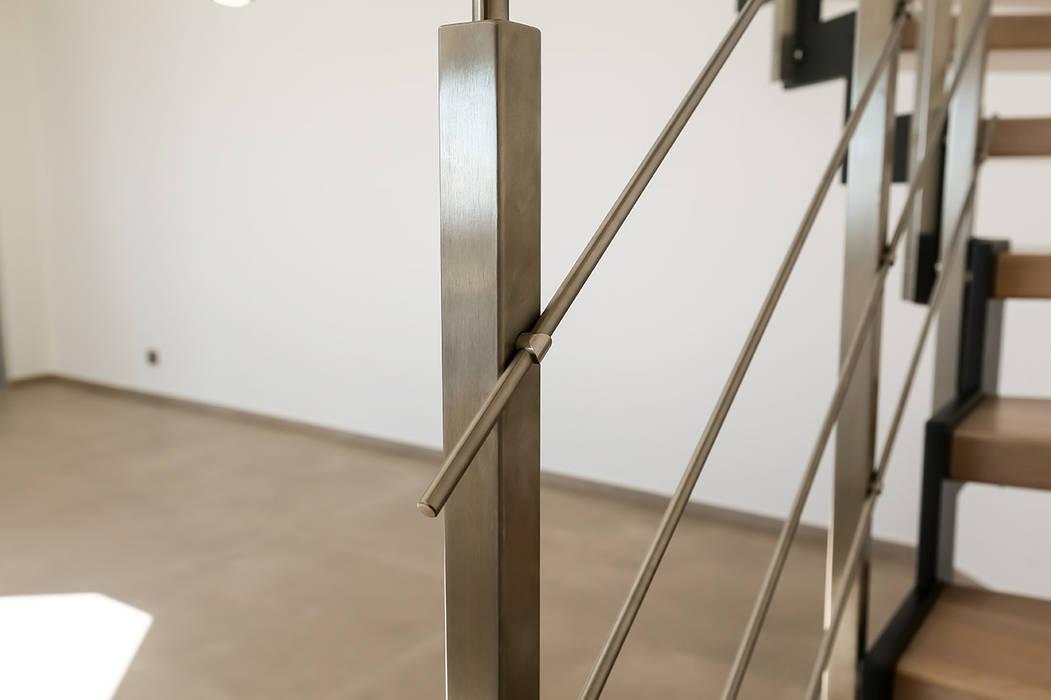 Balustre carré sur escalier bois et métal: Couloir et hall d'entrée de style  par Passion Escaliers