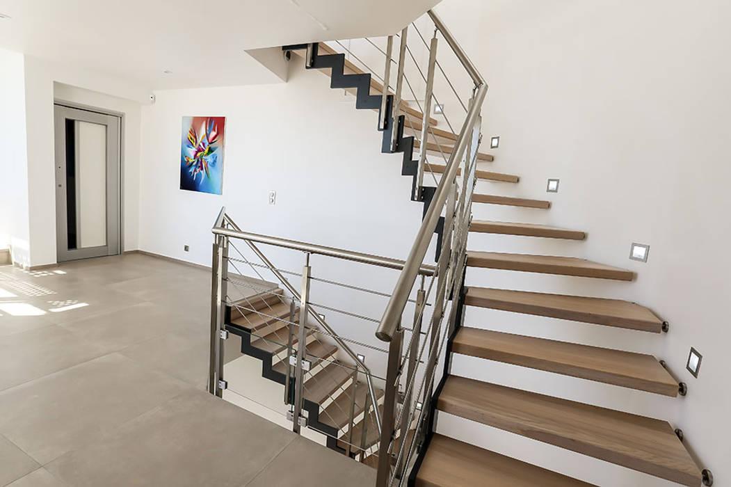 Double escalier ferro : Couloir et hall d'entrée de style  par Passion Escaliers