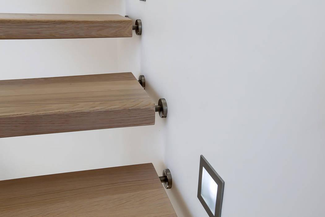 Eclairage escalier: Couloir et hall d'entrée de style  par Passion Escaliers
