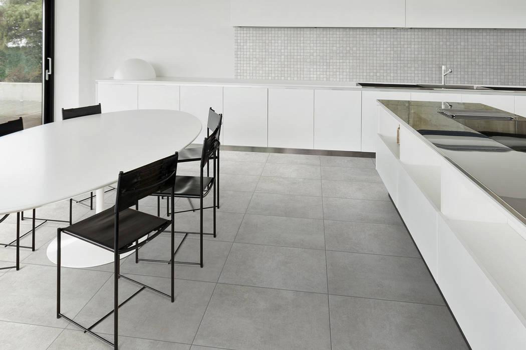 Gres effetto cemento perla - EV 1002: Soggiorno in stile in stile Industriale di ItalianGres