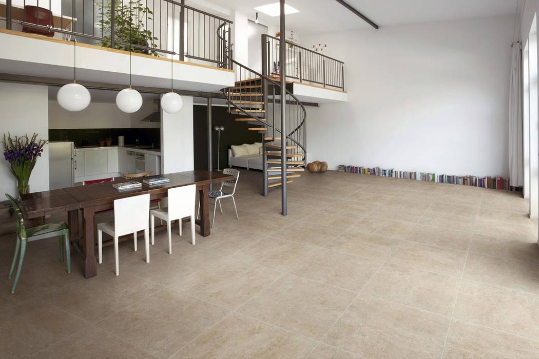 Gres porcellanato effetto cemento tabacco - EX 1002: Soggiorno in stile in stile Industriale di ItalianGres