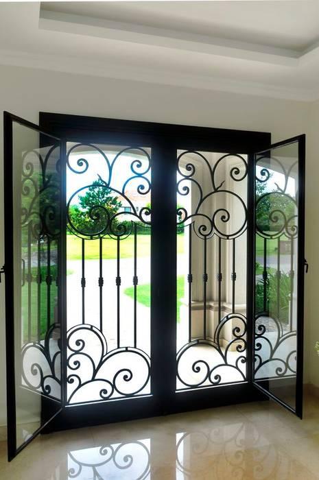 Puerta de entrada de hierro forjado: Ventanas de estilo  por DEL HIERRO DESIGN,Clásico Hierro/Acero