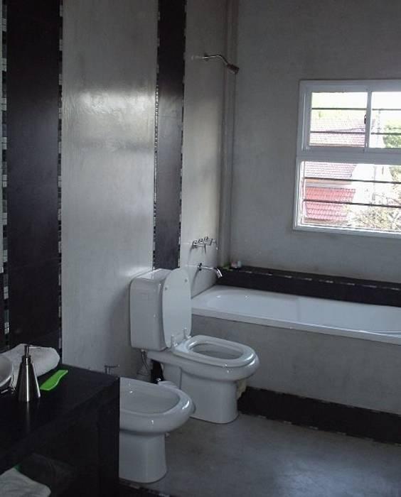 Baño en casa nueva I: Baños de estilo  por AyC Arquitectura,Moderno Hormigón