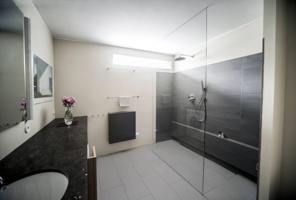 Functionele moderne badkamer Modern Bathroom by B1 architectuur Modern Tiles