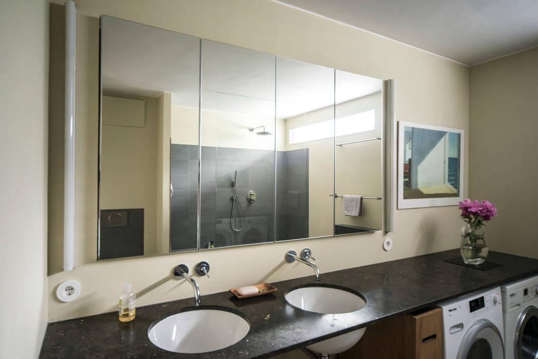 Wastafelblad van Spaanse hardsteen met twee wasplekken:  Bathroom by B1 architectuur