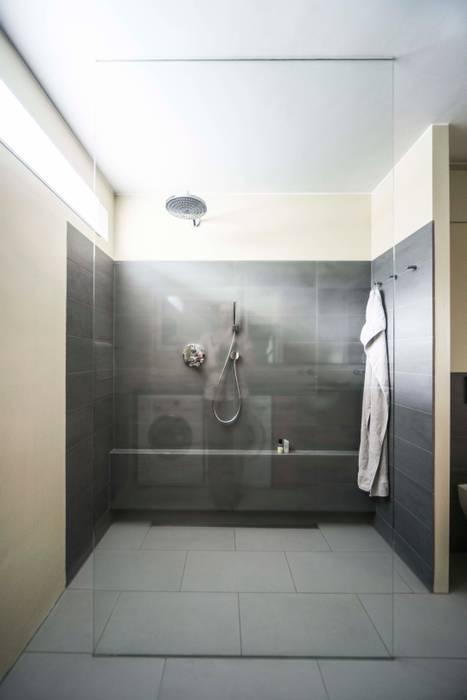 Ruime inloopdouche Modern Bathroom by B1 architectuur Modern Glass