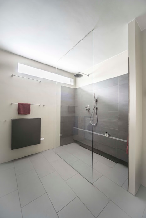Ruime inloopdouche Modern Bathroom by B1 architectuur Modern Tiles