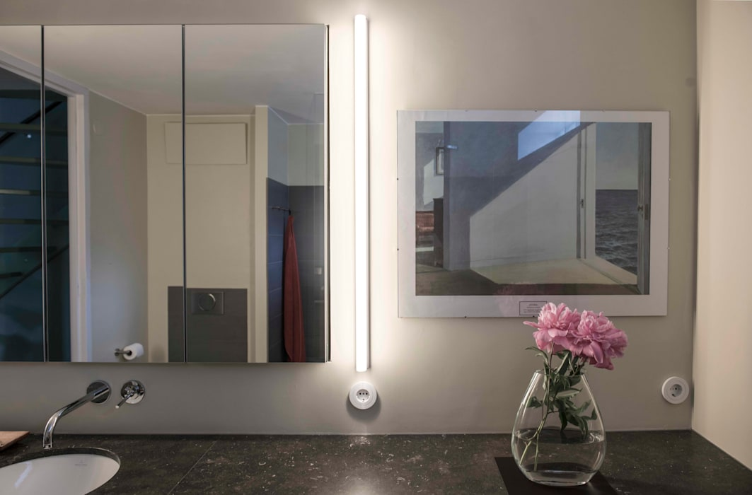 Verlichting naast de spiegel Modern Bathroom by B1 architectuur Modern Stone