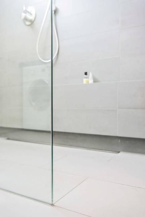 Inloopdouche met omtegeld planchet:  Bathroom by B1 architectuur