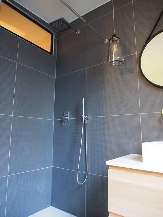 Salle de bain: Salle de bains de style  par deSYgn by JM2